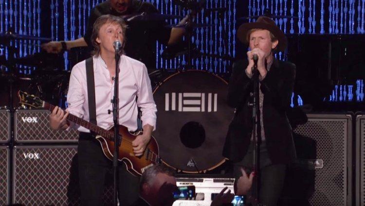 "Beck y Paul McCartney cantan ""Drive My Car"""