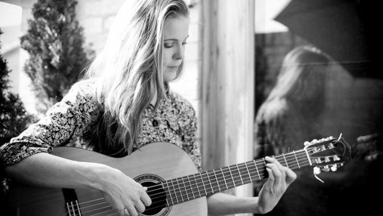 Oriunda del sur de Irlanda comenzó a componer sus canciones a los 13 años de edad.
