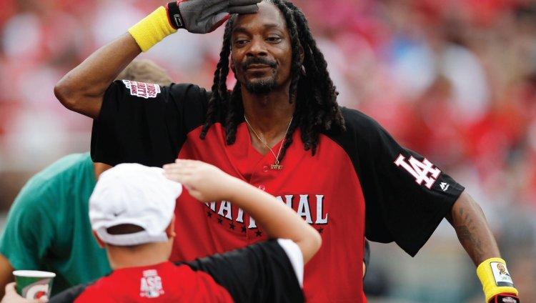 Cómo NO lanzar una pelota de baseball según Snoop Dogg