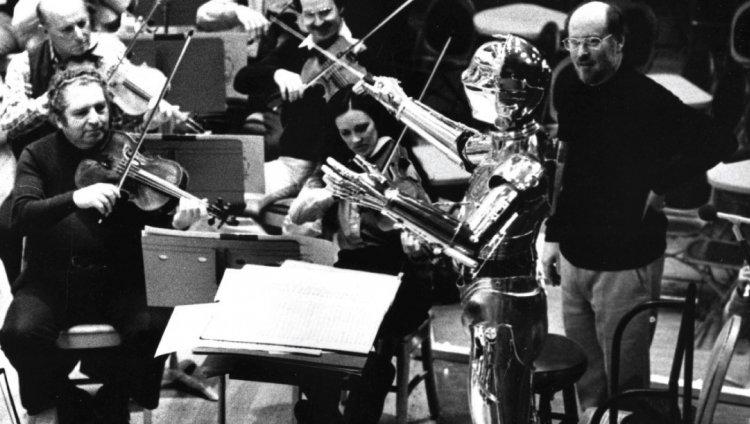 C3PO y John Williams dirigiendo la orquesta.