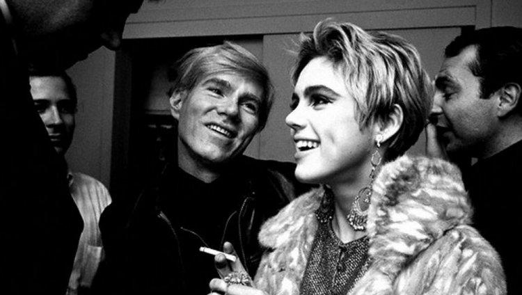 En marzo de 1965 Warhol conoció a Edie Sedgwick en el apartamento del productor cinematográfico Lester Persky
