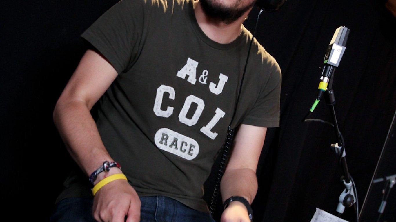 Rosco, nuestro realizador audiovisual, haciendo sus pinos en la batería. Grabación Acústicos Radiónica Alfonso Espriella. 2012.