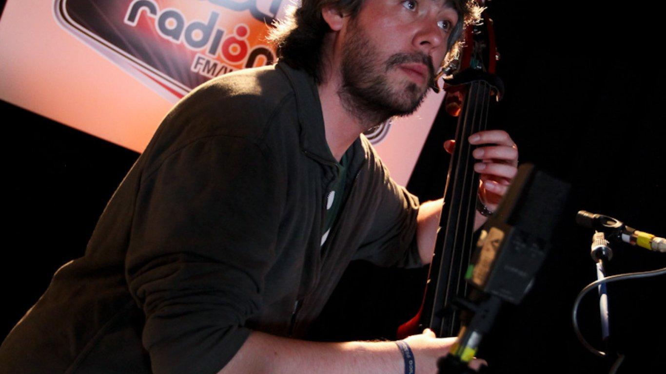 Iván García tocando el contrabajo. Grabación Acústicos Radiónica I.R.A. 2012.
