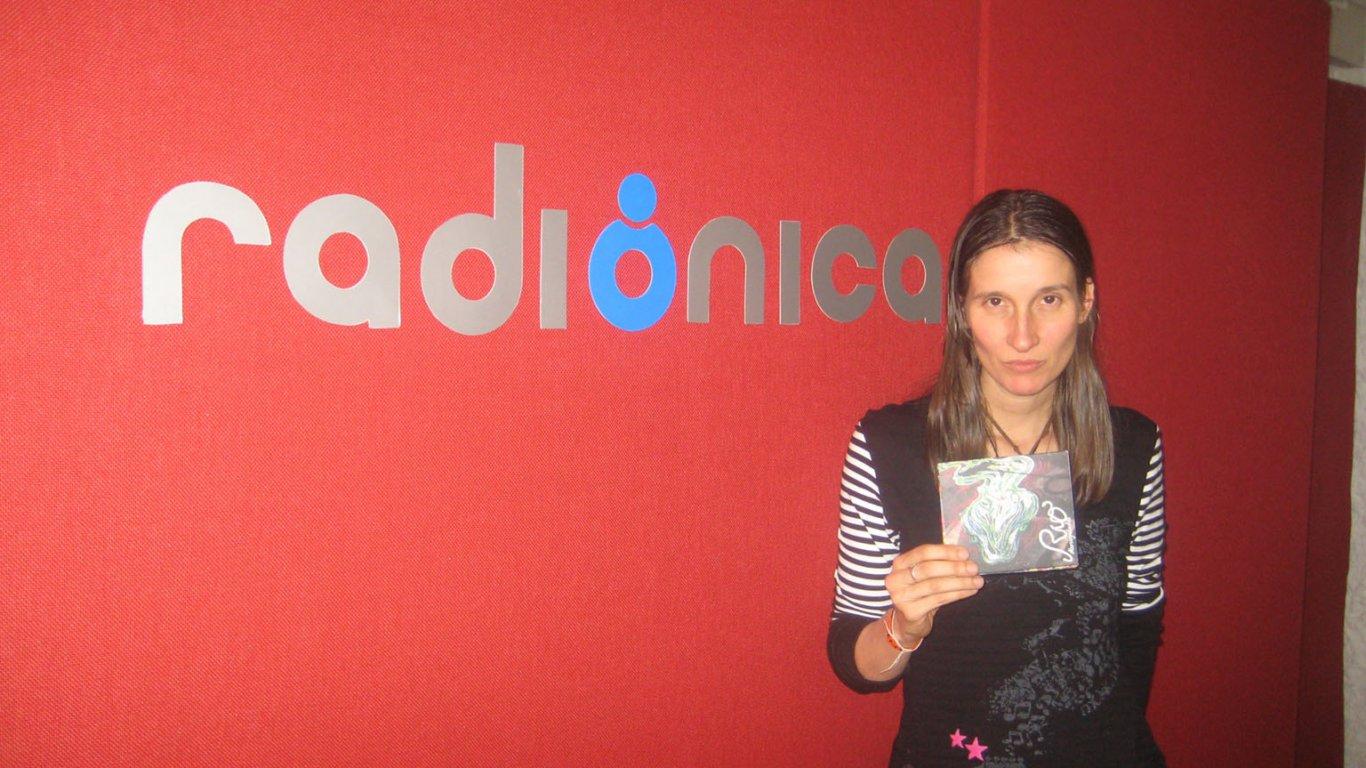 """Andrea Echeverri de Aterciopelados promocionando """"Río"""". 2009."""