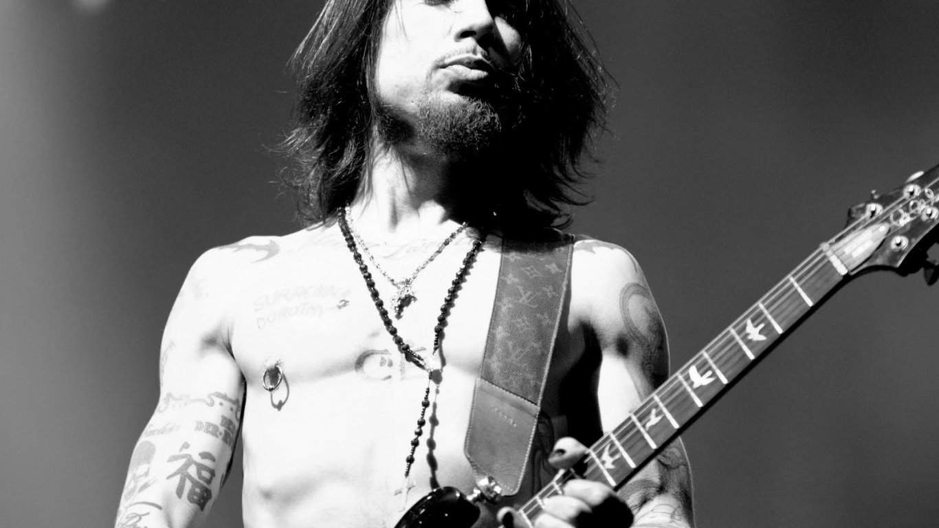 "Dave Navarro participó en la banda sonora de End of Days en la canción ""Oh My God"" (1999)"