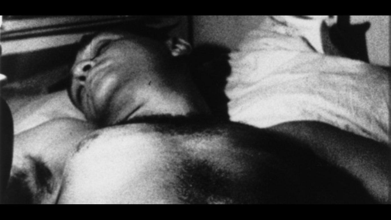 En Sleep (1963) filmó durante 5 horas a un amigo durmiendo.