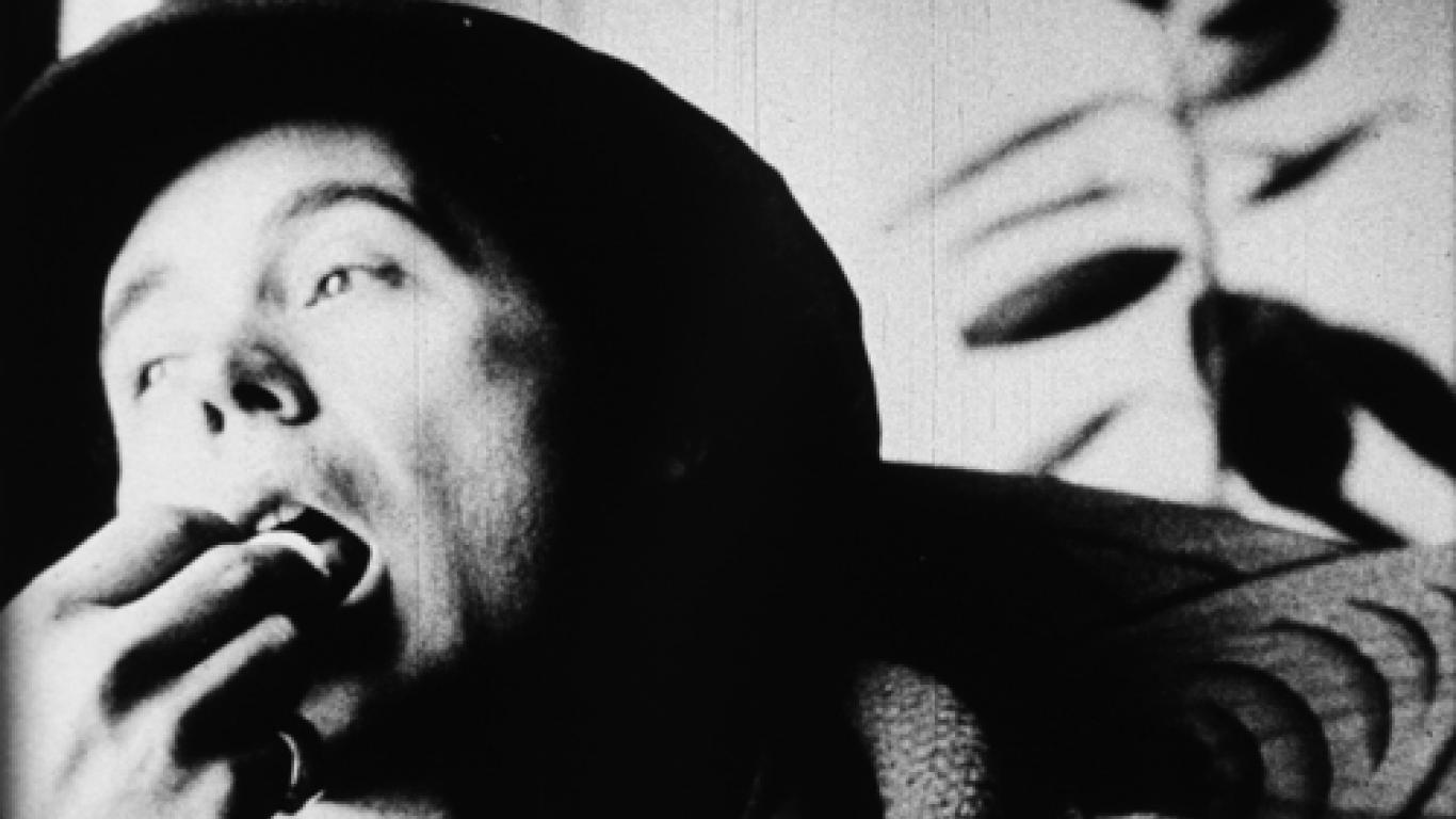 """""""Eat"""", una película de 45 minutos de duración en la que aparece un hombre comiéndose una seta."""