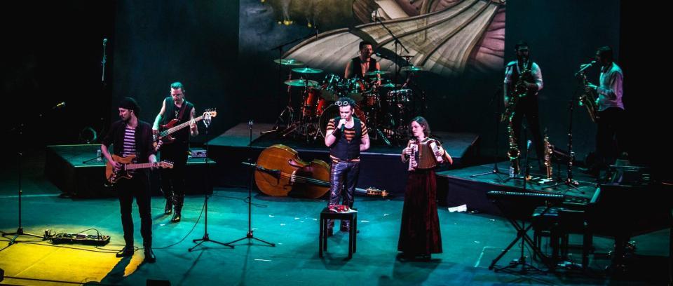 La Burning Caravan en vivo en el Teatro Colón de Bogotá. Foto tomada de Facebook.
