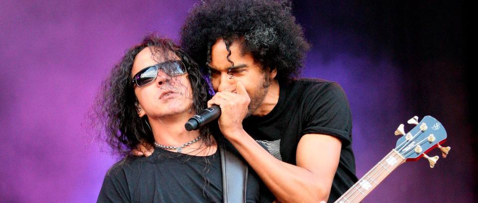 Mike Inez y William DuVall de Alice In Chains en vivo.