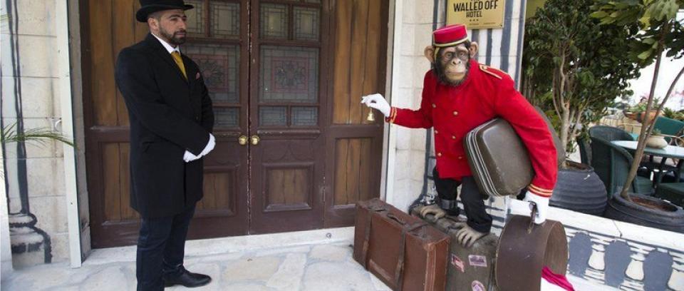 Banksy inaugura hotel con 'la peor vista del mundo'