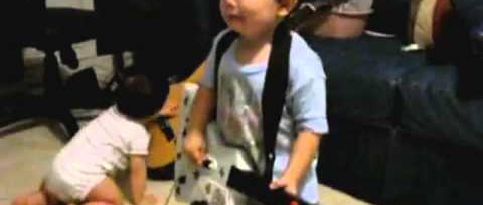 Recordemos... El niño de 2 años que enloquece con Rage Against the Machine