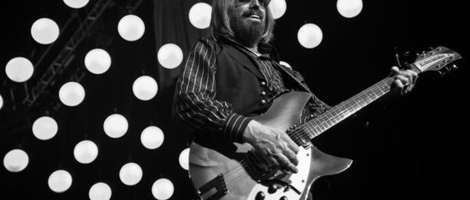 Coldplay y Peter Buck de R.E.M. rinden homenaje a Tom Petty con 'Free Fallin''