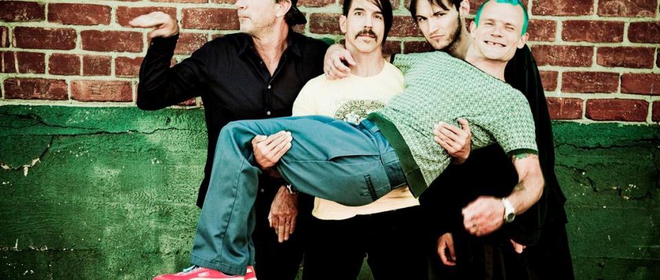 Red Hot Chili Peppers improvisa en vivo con Kiedis en el bajo