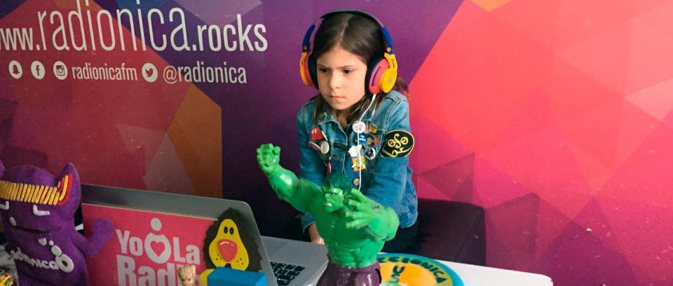 Niños reaccionan a bandas colombianas