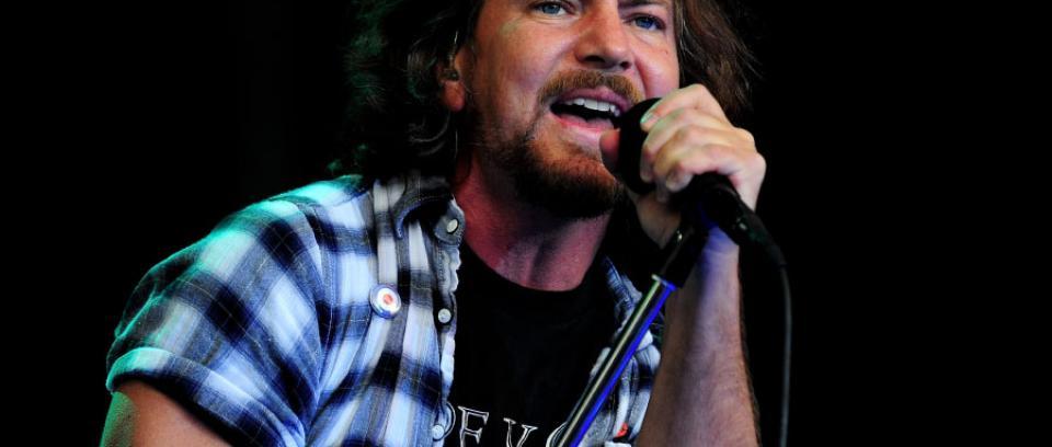 Eddie Vedder vuelve a su colegio y toca con sus excompañeros