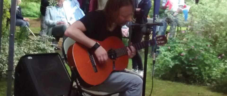 Thom Yorke toca acústico sorpresa en el jardín de sus vecinos